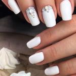 Дизайн белых ногтей 2021